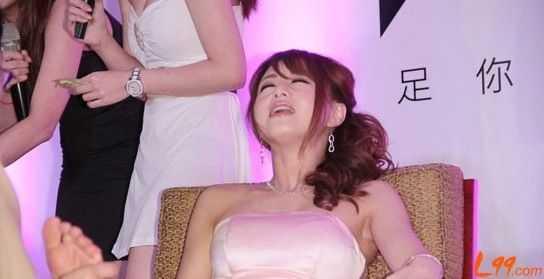 日本av線上電影訊雷_日本av女优吉泽明步代言享受足疗 表情销魂